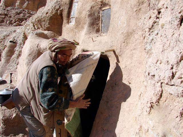 Hazaras-forced-in-BamiyanBuddha-caves-2016-12