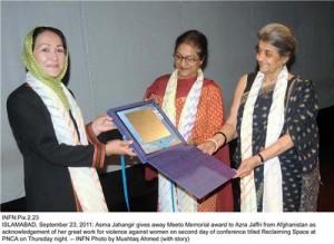 azra-jafri-award-by-asma-jehangir-pakistan