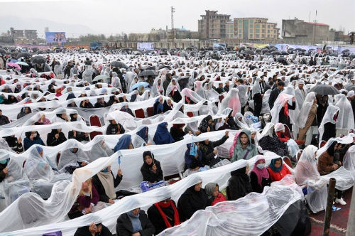 21stMazariAnniv-Kabul-2016-Women-Sitting-in-Rain-500px